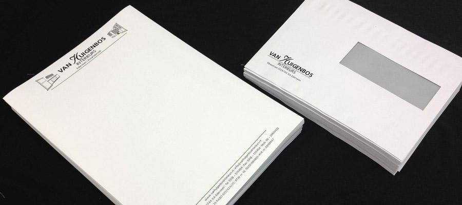 Het drukwerk van briefpapier en enveloppen volledig in de huisstijl