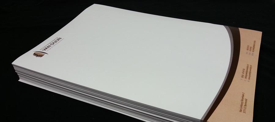 Het drukwerk volledig in huisstijl, voor grote maar ook kleinere aantallen.