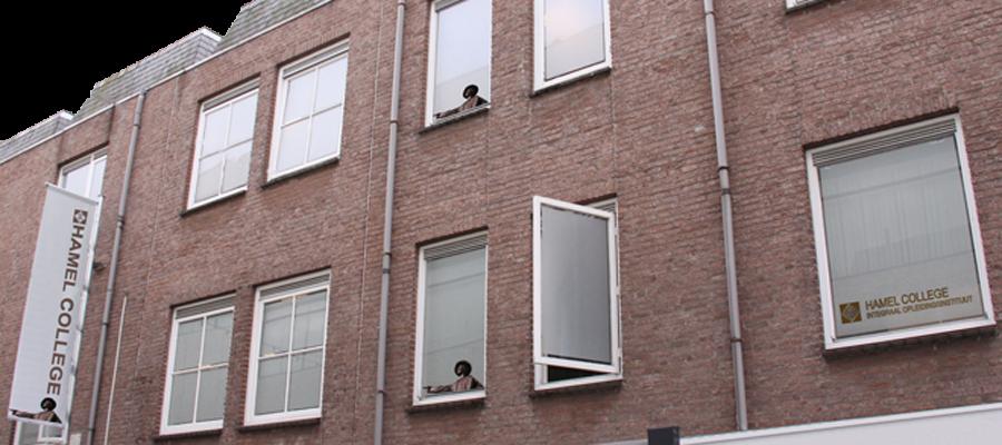 Matte blindering en reclame op de bovenverdieping het Hamel college.