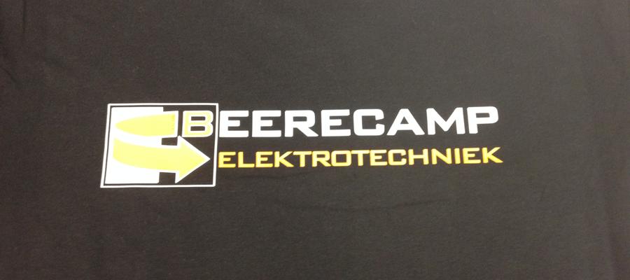 Multi kleur druklogo op de achterkant van een T-shirt in bedrijfskleuren.