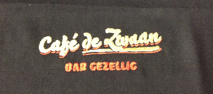 Multi kleur geborduurde borst logo's op hooded vesten en sweaters.