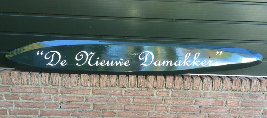 Mooi houten naambord voor op een huisgevel.