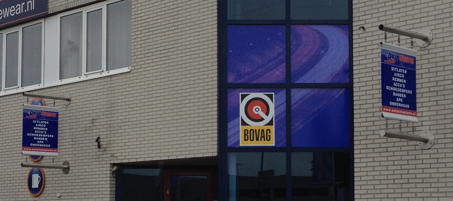 Haakse RVS gevelbanners.
